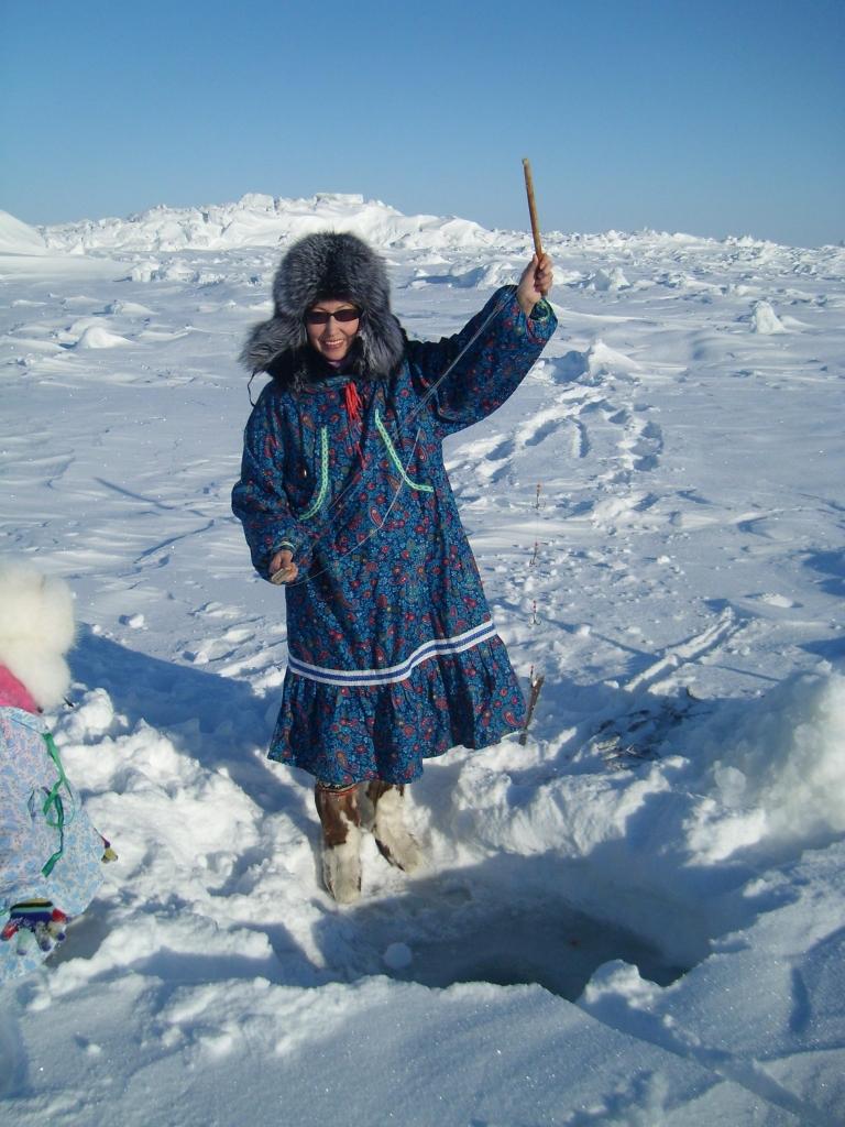 Традиционный способ ловли сайки самодельными удочками. © Фото С.Комиссарова Уэлен 2008.