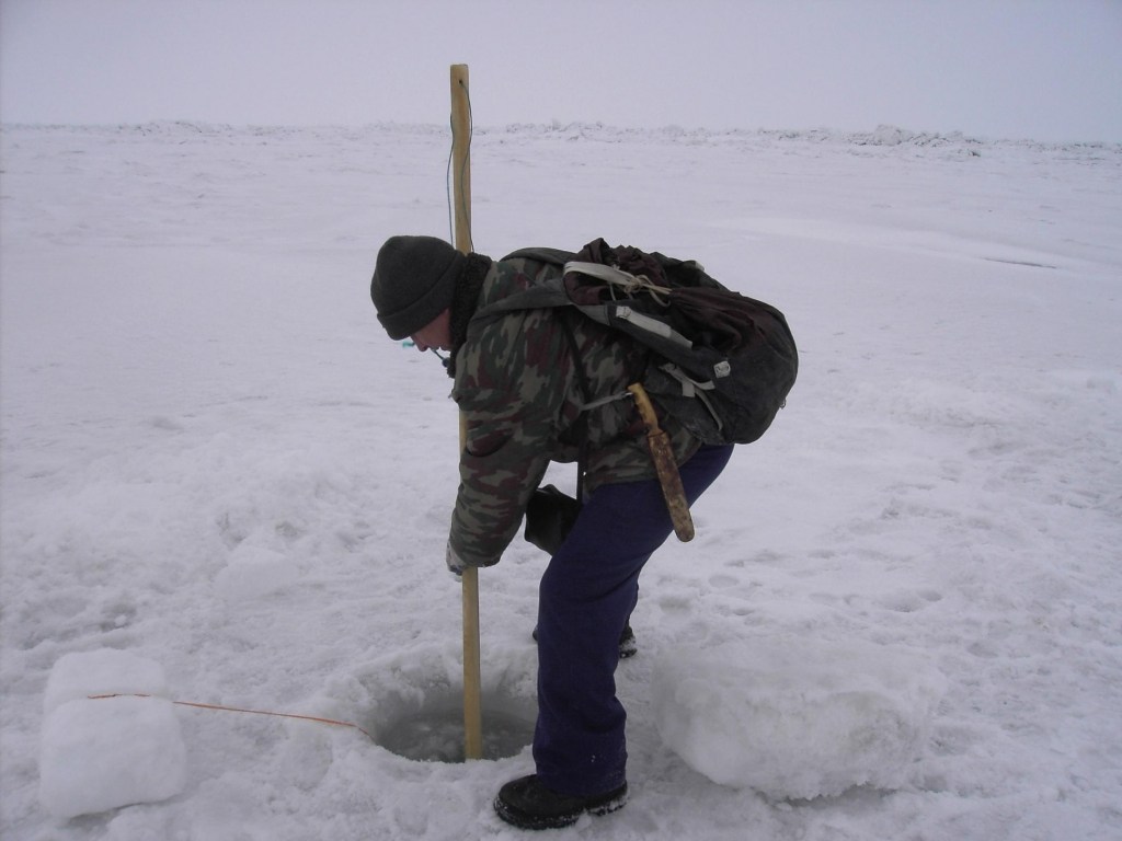 Эргиро Вячеслав проверяет подледную сетку на нерпу. © Фото В. Голбцевой с. Уэлен 2007.