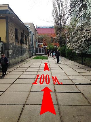 Вдоль ларьков по прямой до упора в здане церькви
