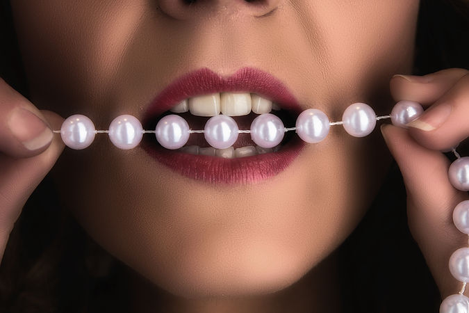 Boudoirs Perlenkette Lippen Mund Zähne by Thomas Jahn