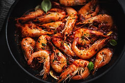 fried-shrimps-with-spices-on-pan-8EXAFLV