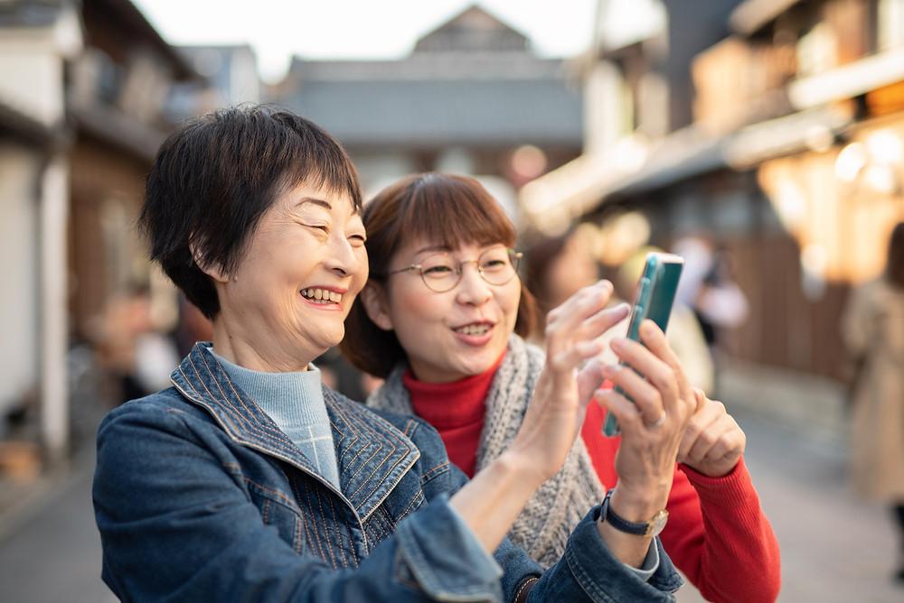 観光地周遊をする旅行者の写真