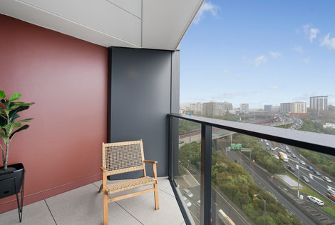 Two blocks from the new Sky City Convention Centre (under construction); a short stroll from the world renowned University of Auckland and Auckland University of Technology; easy access onto the motorway heading to any direction.