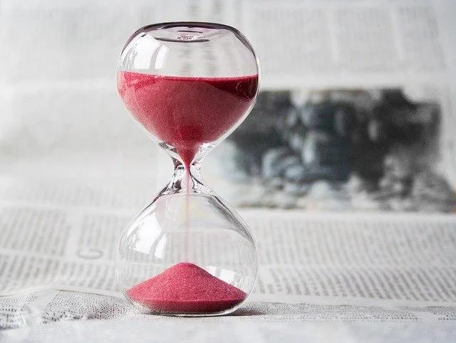 Un reloj de arena sobre un periódico