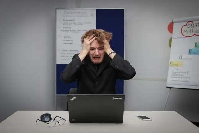 Un hombre preocupado en su trabajo