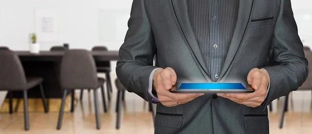 Un hombre sosteniendo una tablet en una oficina