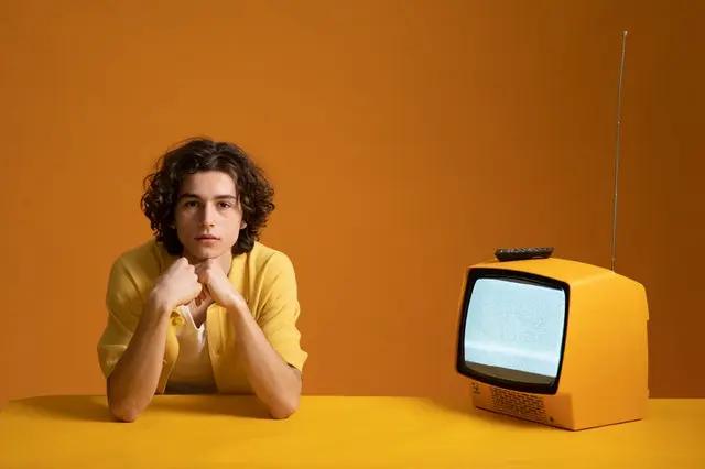 Joven frente a un televisor con estática