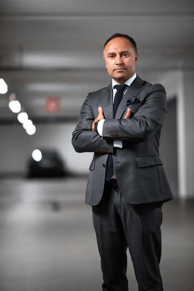 Un ejecutivo con los brazos cruzados