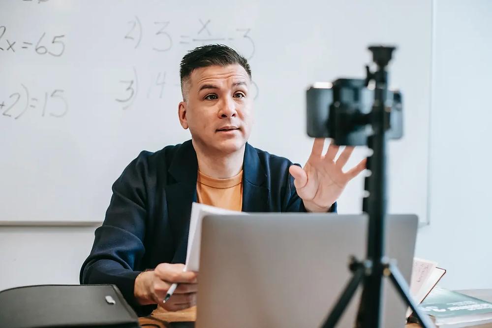 Profesor grabando un vídeo