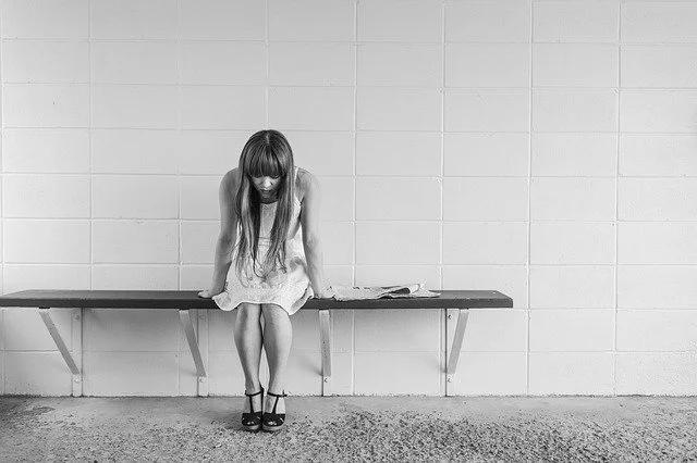 Chica solitaria y triste