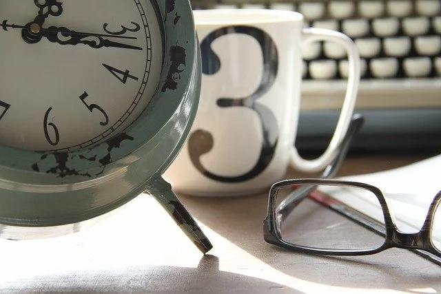 Reloj, taza y lentes