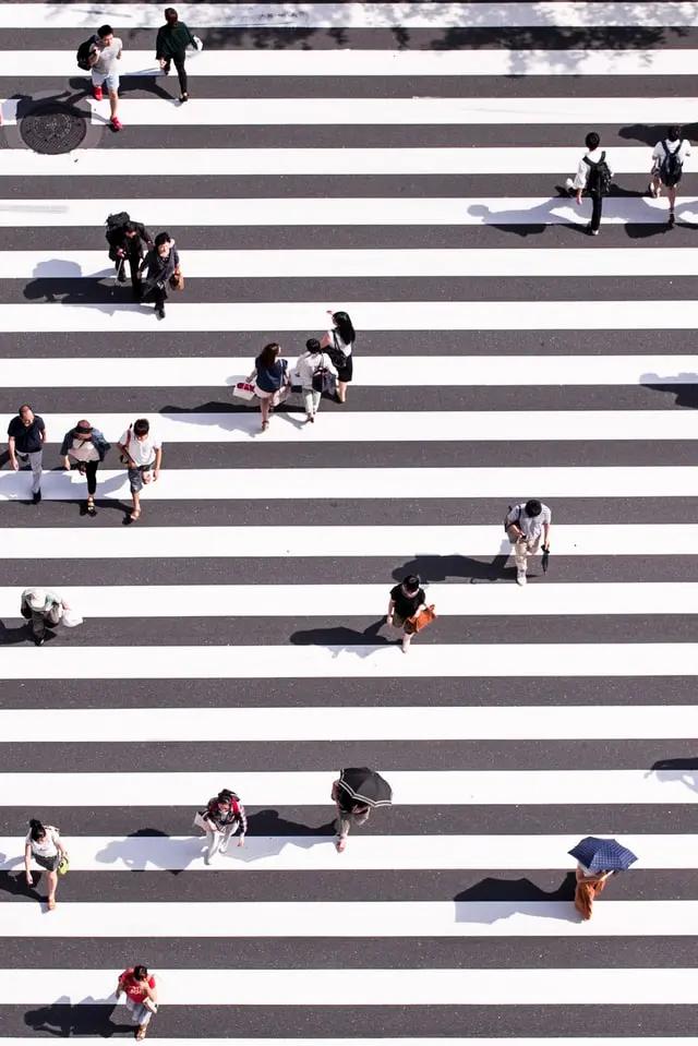 Personas cruzando una calle vistas desde arriba