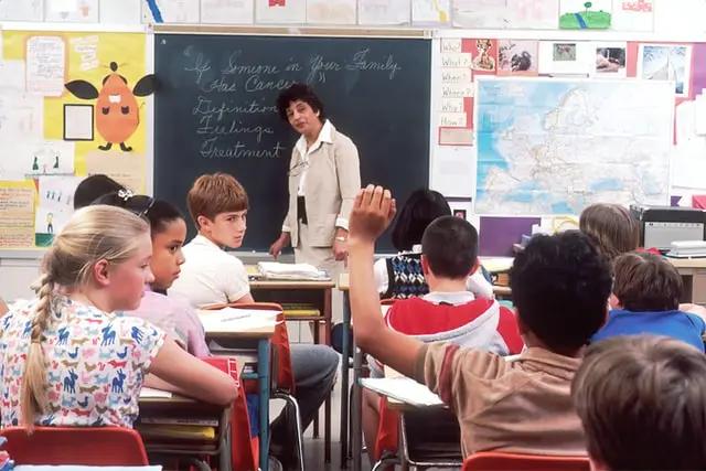 Maestra dando clases a niños