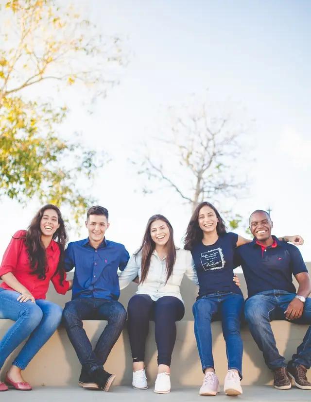Cinco jóvenes posan sentados para la foto