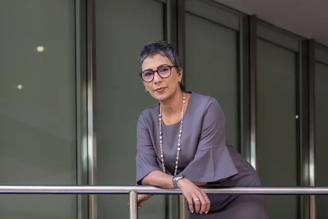 Mujer con vestido gris