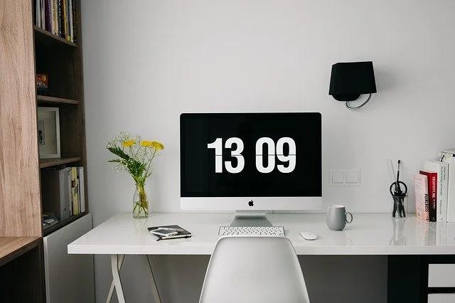 Escritorio ordenado con una computadora Mac