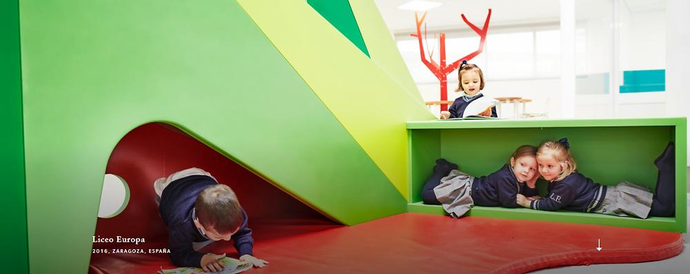 Niños en un área de juego con decorados creativos
