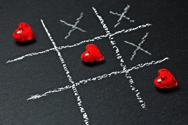 """Juego """"trés en línea"""" en el que unas figuras con forma de corazón forman una línea"""