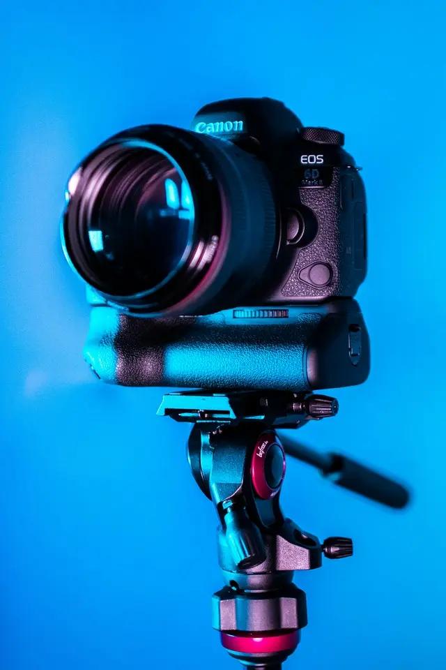 Una cámara sobre un tripié