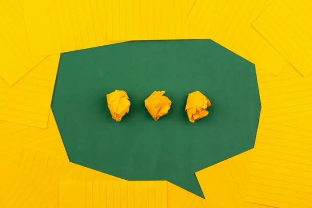 Cuadro de diálogo hecho con papel