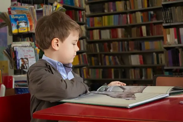 Niño leyendo un libro en una tienda de libros