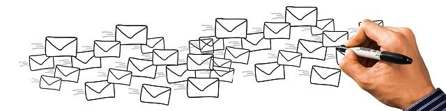 Una mano dibuja sobres de correo