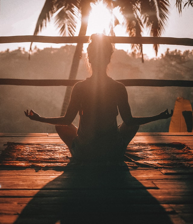 Una chica meditando
