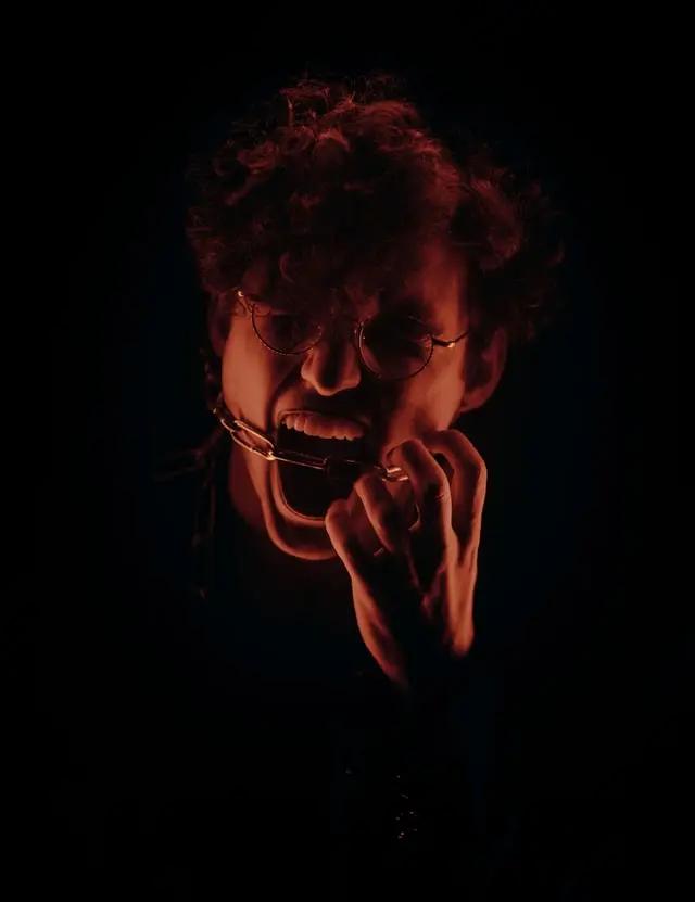 Un joven tiene una cadena en la boca que le impide gritar