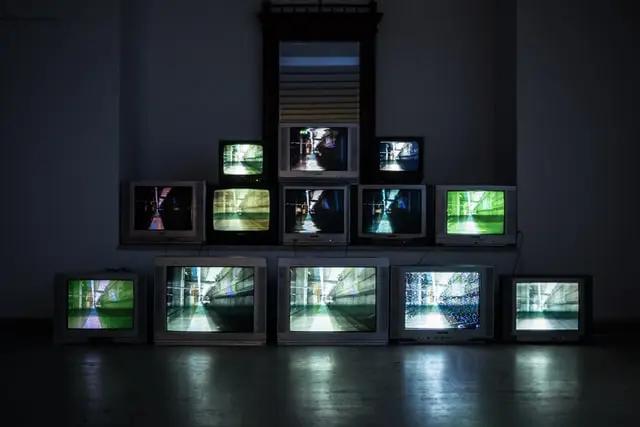 Varios monitores de televisión mostrando la misma imagen