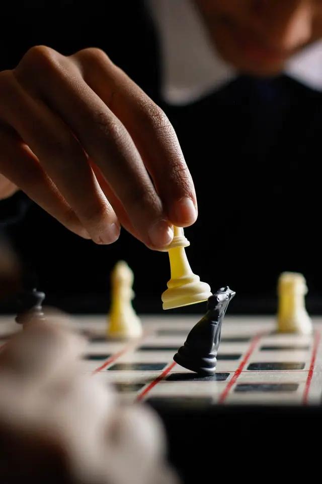Alguien juega ajedrez