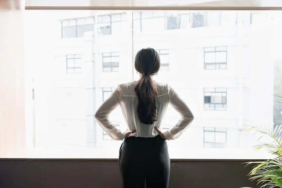 Mujer ejecutiva mirando una ventana