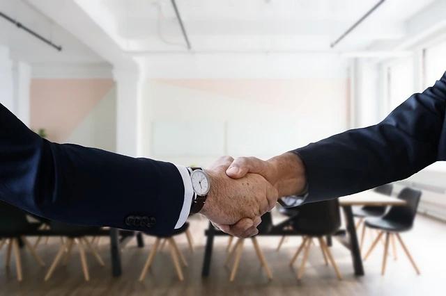 Dos hombres se estrechan la mano en señal de trato o acuerdo