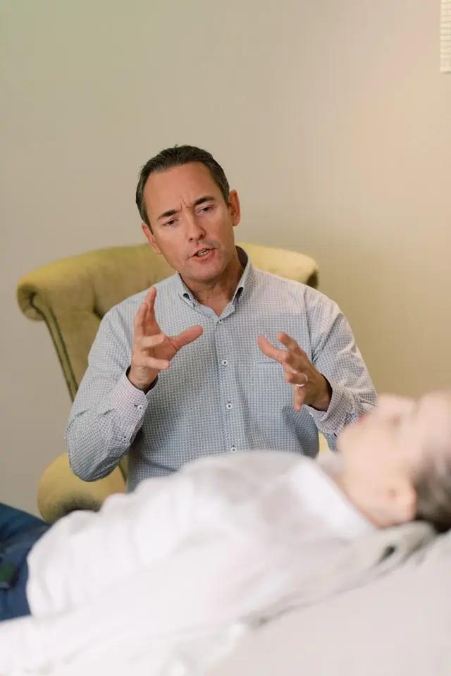 Un psicólogo atendiendo a un paciente