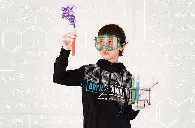 Niño haciendo un experimento científico