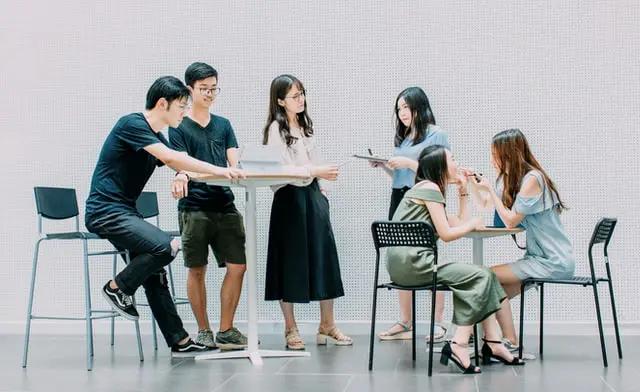 Seis jóvenes en una cafetería