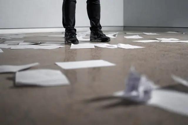 Papeles tirados en el piso