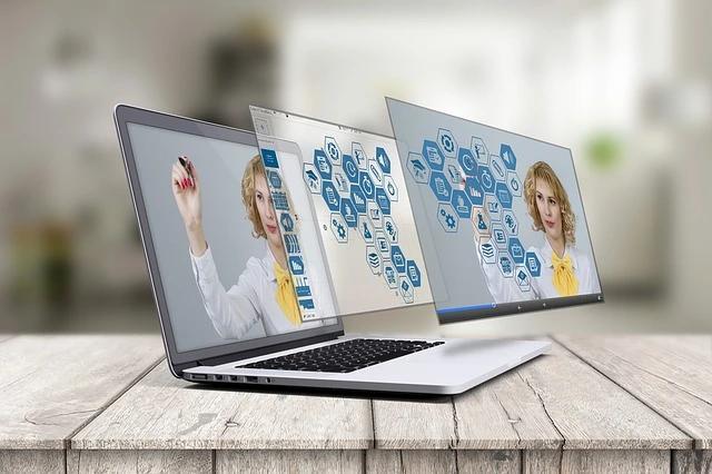 Una laptop de cuya pantalla se proyectan dos imágenes más