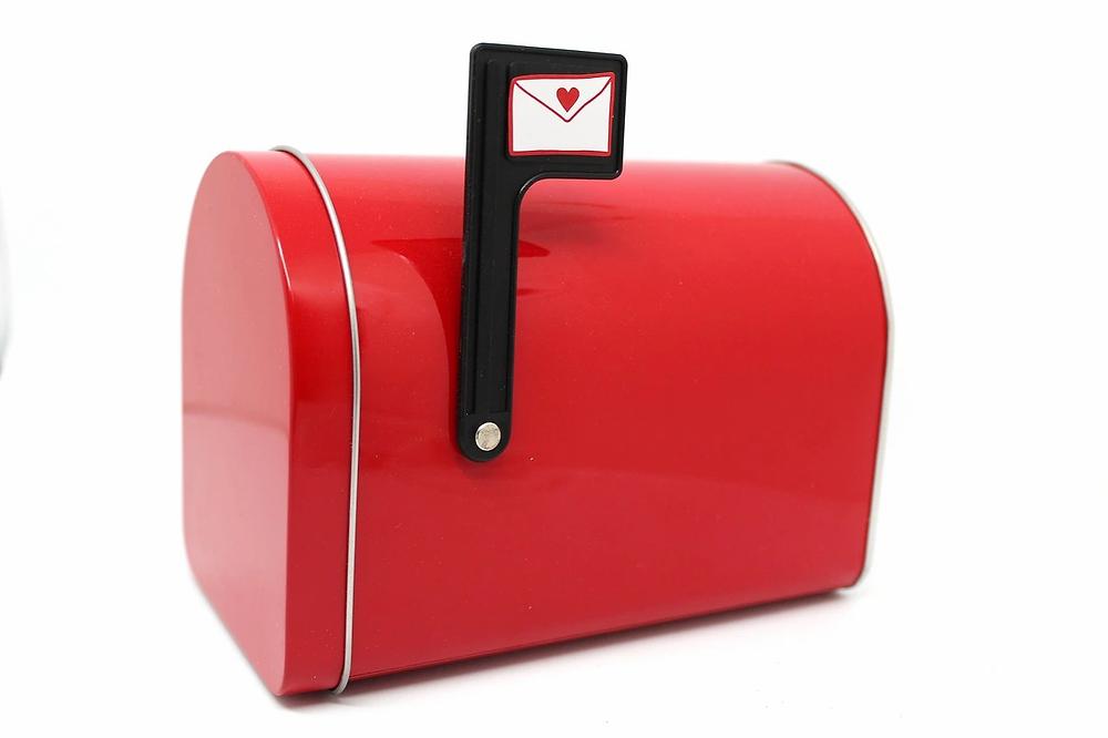 Buzón ce correo de color rojo