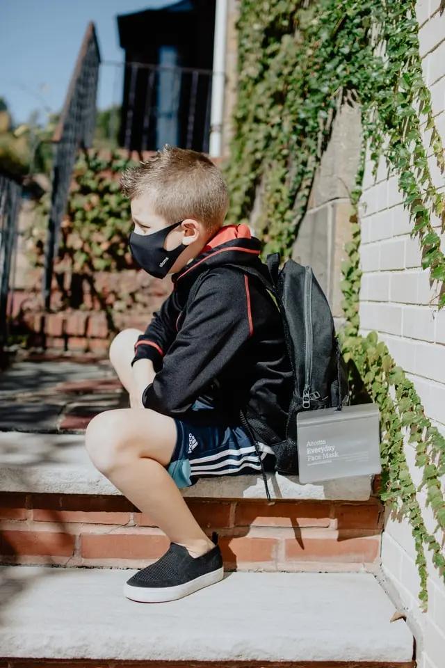 Niño con cubrebocas y mochila