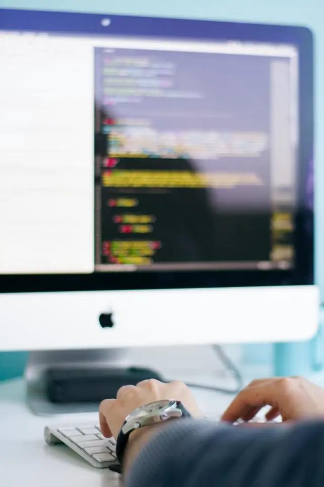 Hombre tecleando un código de programación