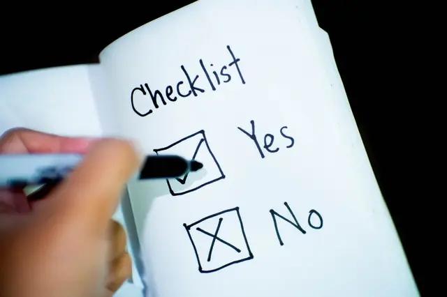 Persona marcando una checklist