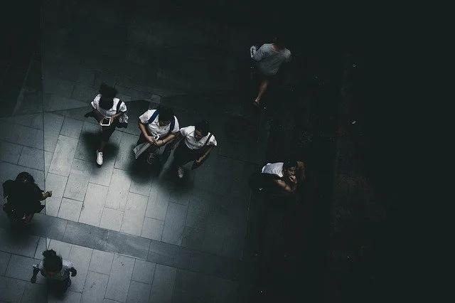 Un patio oscuro de un colegio visto desde arriba
