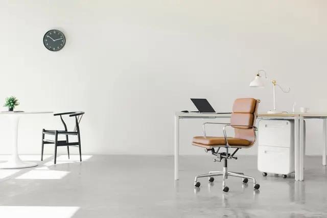 Una oficina de trabajo vacía con una decoración minimalista