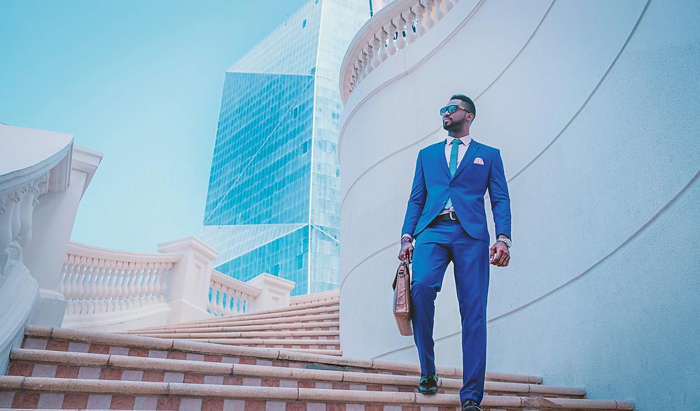 Un hombre vestido con traje azul baja unas escaleras