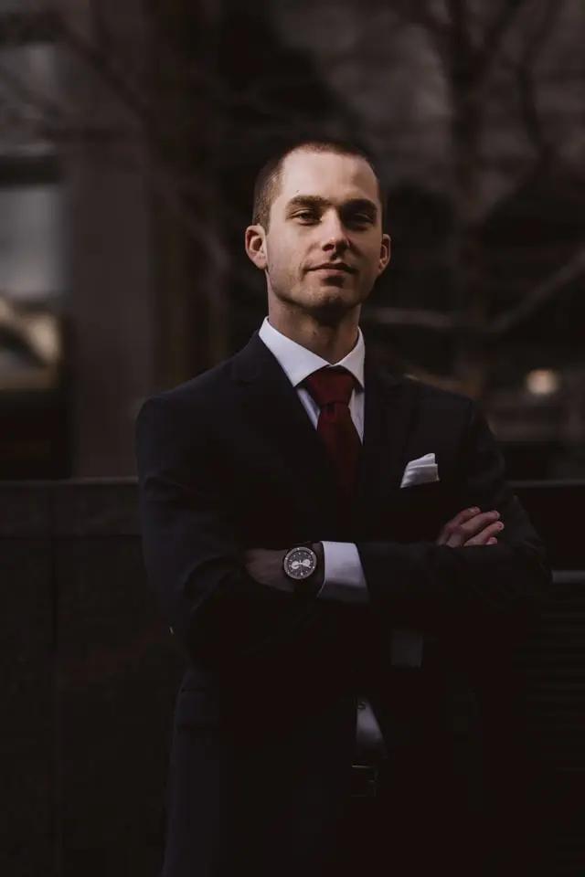 Hombre de traje con los brazos cruzados