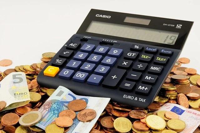 Una calculadora marca CASIO encima de dinero
