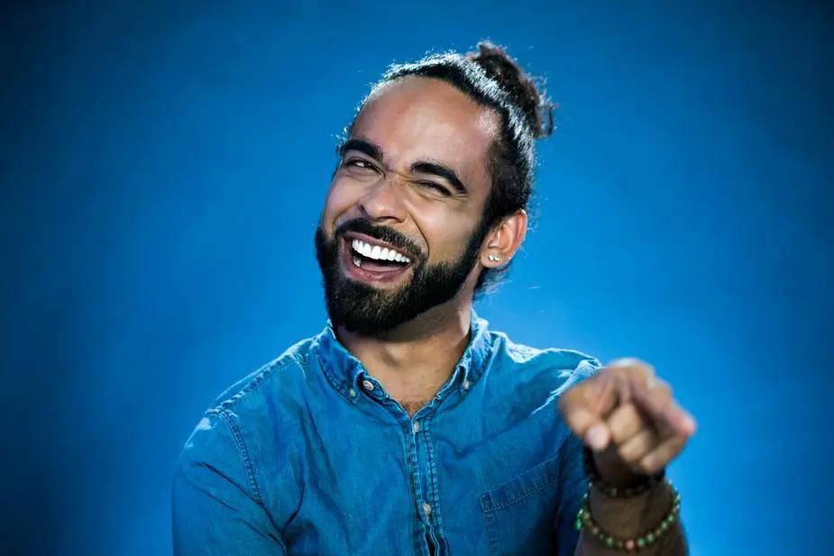 Hombre señalando sonriente