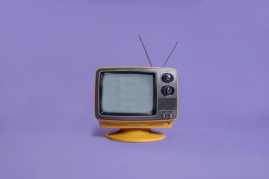 Televisión sobre fondo morado