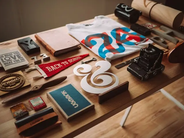 Mesa de madera con distintos elementos de branding y diseño