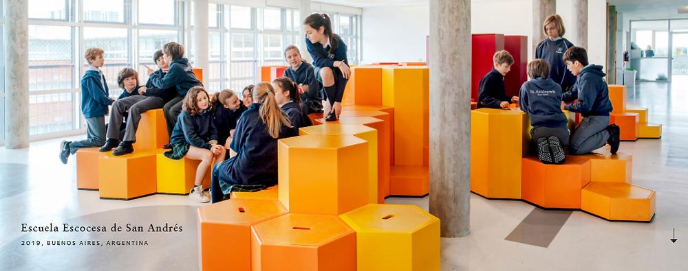 Adolescentes conviviendo en un espacio con mobiliario hexagonal